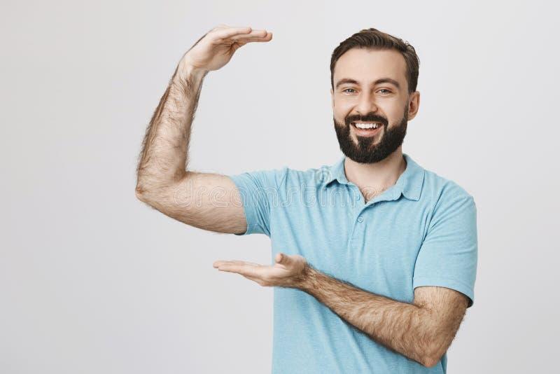 Το πορτρέτο του όμορφου αρσενικού προτύπου με τη γενειάδα και τα καθιερώνοντα τη μόδα χέρια εκμετάλλευσης κουρέματος όπως την παρ στοκ εικόνες