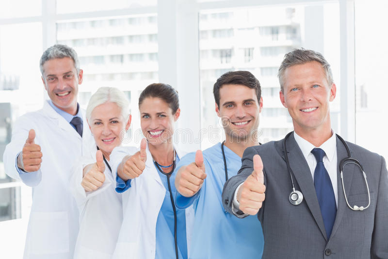 Το πορτρέτο των βέβαιων γιατρών στη σειρά φυλλομετρεί επάνω στοκ εικόνα με δικαίωμα ελεύθερης χρήσης
