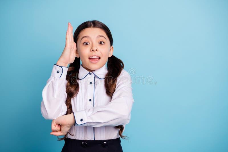 Το πορτρέτο των συγκλονισμένων έκπληκτων πλεξίδων παιδιών αυξάνει τα χέρια θέλει την άσπρη μπλούζα ένδυσης διαγωνισμών δοκιμής απ στοκ φωτογραφία με δικαίωμα ελεύθερης χρήσης