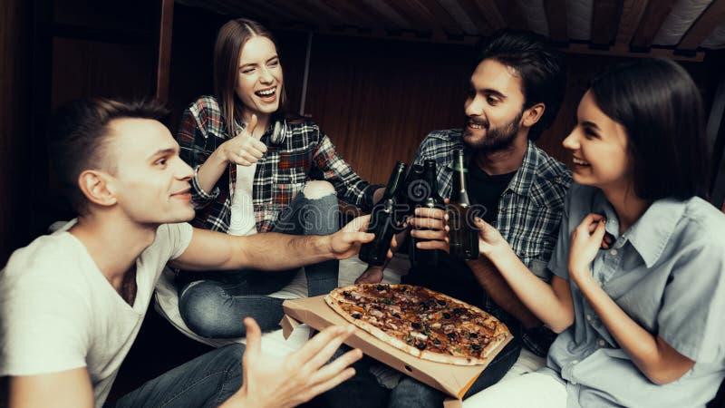 Το πορτρέτο των φίλων που χαλαρώνουν μαζί, τρώει την πίτσα στοκ εικόνα με δικαίωμα ελεύθερης χρήσης