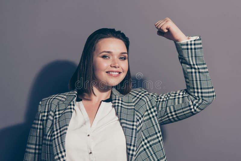Το πορτρέτο φωτογραφιών κινηματογραφήσεων σε πρώτο πλάνο του εύθυμου βέβαιου θετικού με την οδοντωτή ακτινοβολία την χαμογελά ο υ στοκ εικόνα με δικαίωμα ελεύθερης χρήσης