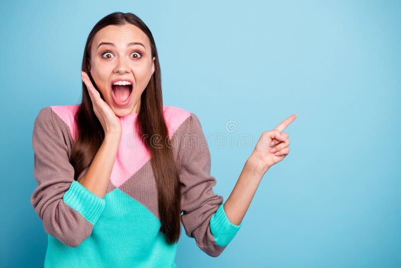 Το πορτρέτο φωτογραφιών του φοβιτσιάρους εφήβου που κρατά το στόμα της άνοιξε την υπόδειξη την πλευρά στο κενό διάστημα αντιγράφω στοκ εικόνες με δικαίωμα ελεύθερης χρήσης
