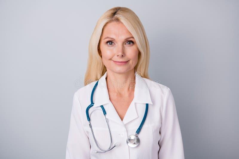 Το πορτραίτο έμπειρων καρδιολόγων γιατρός γριούλα νιώθει θετική στάση, σταματώντας να μεταδίδει μόλυνση από τον ιό της κορόνας στοκ εικόνα με δικαίωμα ελεύθερης χρήσης