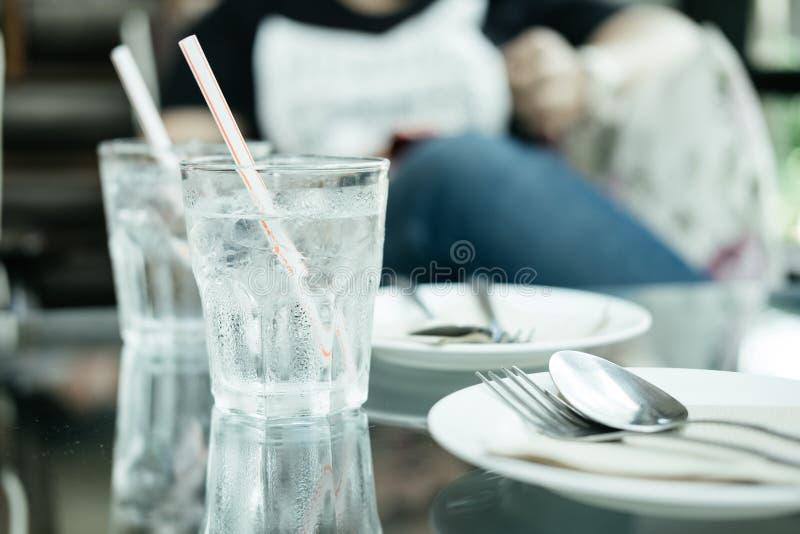 Το ποτήρι του νερού και έχει το σταγονίδιο νερού γύρω από το γυαλί πιάτο, για στοκ εικόνες με δικαίωμα ελεύθερης χρήσης