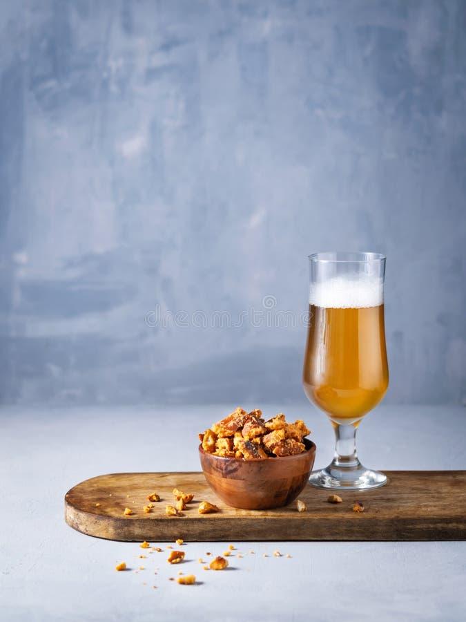 Το ποτήρι των κομματιών μπύρας και pretzel τσιμπά στο ελαφρύ υπόβαθρο με το διάστημα για σας το κείμενο στοκ φωτογραφίες με δικαίωμα ελεύθερης χρήσης