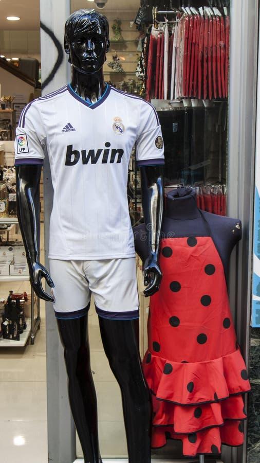 Το πουκάμισο ποδοσφαίρου της Real Madrid και faralaes ντύνει στοκ εικόνες