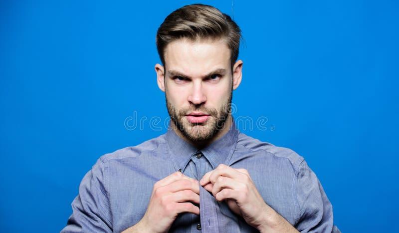 Το πουκάμισο τζιν Hipster φαίνεται ελκυστικό μπλε υπόβαθρο Καλλωπισμένος ατόμων καλά γενειάδα Καλά καλλωπισμένος φαλλοκράτης Προσ στοκ φωτογραφίες