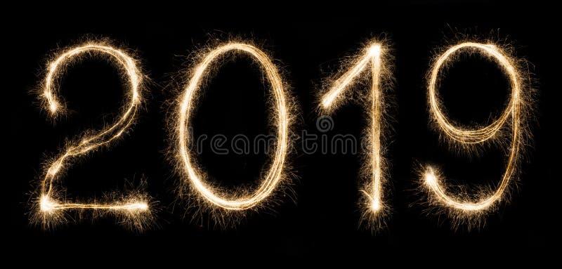 το 2019 που γράφεται με τα sparklers που απομονώνονται στο μαύρο υπόβαθρο στοκ φωτογραφία με δικαίωμα ελεύθερης χρήσης