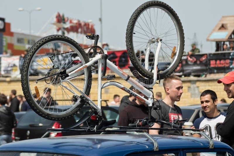 Το ποδήλατο βουνών συνδέθηκε με το ράφι στεγών του αυτοκινήτου μια από την ισοτιμία στοκ εικόνες με δικαίωμα ελεύθερης χρήσης