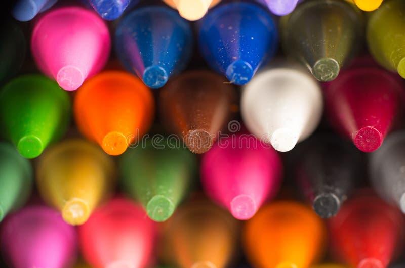 Το πολύχρωμο κραγιόνι τοποθετεί αιχμή στην κινηματογράφηση σε πρώτο πλάνο στοκ φωτογραφία με δικαίωμα ελεύθερης χρήσης