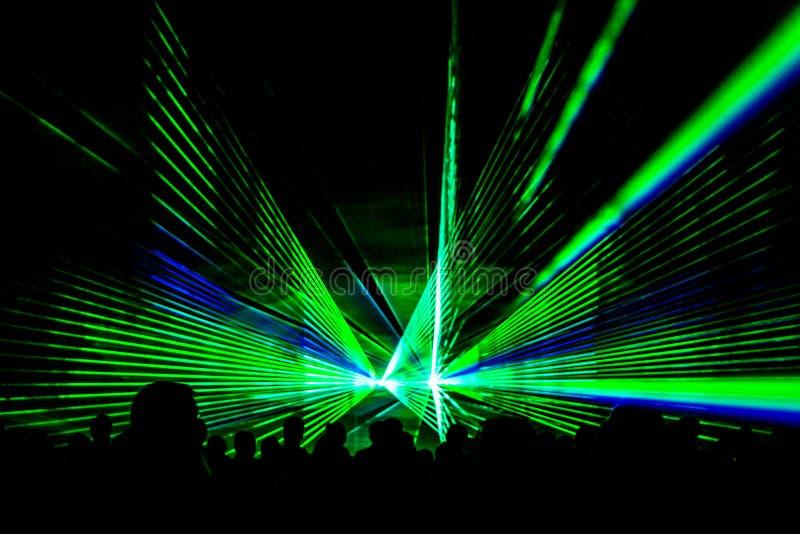 Το πράσινο λέιζερ παρουσιάζει στάδιο λεσχών νυχτερινής ζωής με το πλήθος ανθρώπων κομμάτων στοκ εικόνες με δικαίωμα ελεύθερης χρήσης