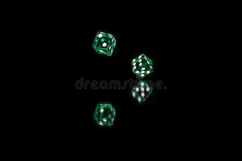 Το πράσινο παιχνίδι δύο χωρίζει σε τετράγωνα πέρα από την αντανάκλαση στοκ εικόνες