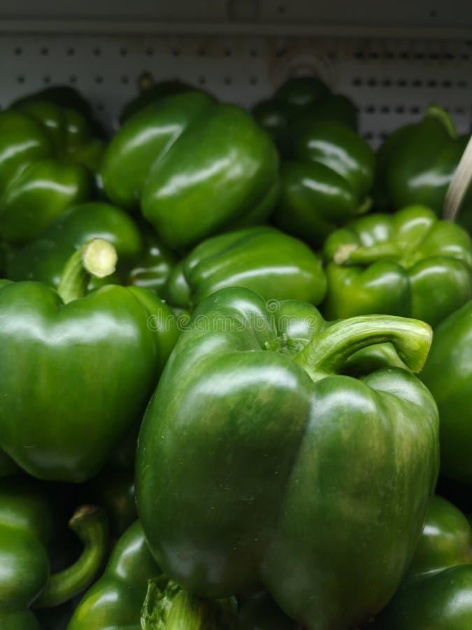 Το πράσινο πιπέρι κουδουνιών είναι φρέσκο, πωλεί στις υπεραγορές στοκ φωτογραφία