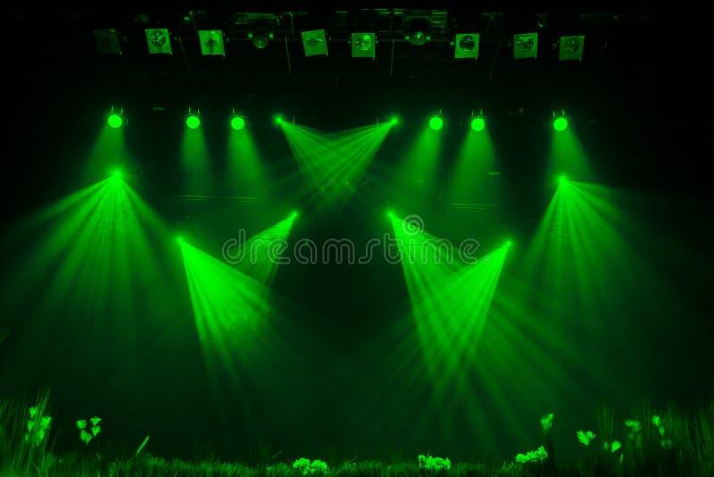Το πράσινο φως από τα επίκεντρα μέσω του καπνού στο θέατρο κατά τη διάρκεια της απόδοσης στοκ εικόνα