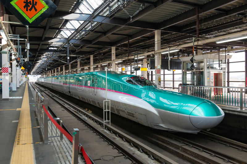 Το πράσινο E5 τραίνο σφαιρών σειράς (μεγάλη ταχύτητα, Shinkansen) στοκ εικόνες με δικαίωμα ελεύθερης χρήσης