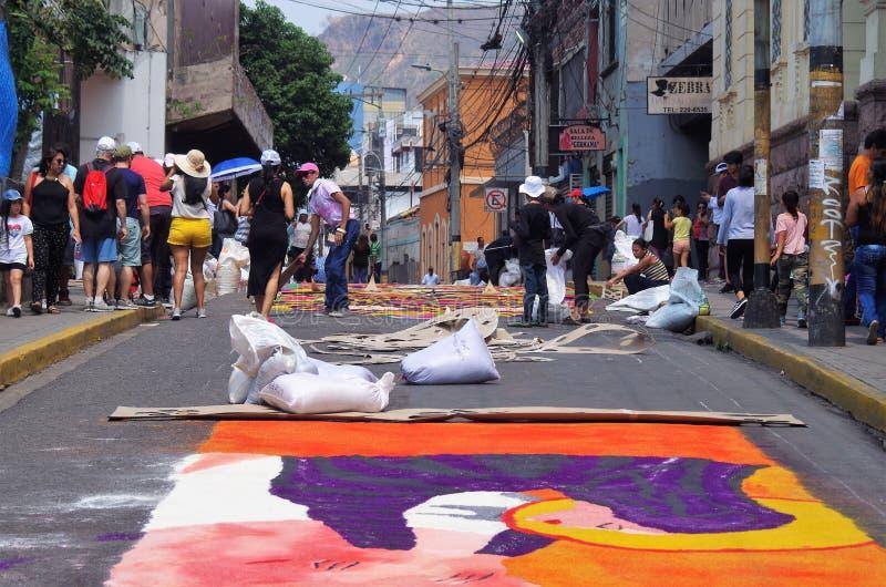 Το πριονίδι που χρωματίζεται καλύπτει το θρησκευτικό θερινό εορτασμό Τεγκουσιγκάλπα Ονδούρα το 2019 21 με τάπητα προετοιμασιών στοκ φωτογραφίες με δικαίωμα ελεύθερης χρήσης
