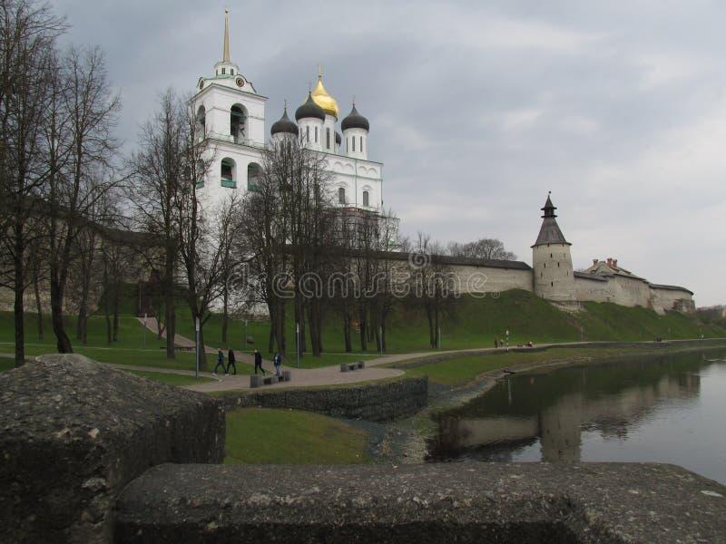 Το προαύλιο του Pskov Κρεμλίνο την πρώιμη άνοιξη στοκ εικόνες