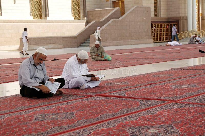 Το προαύλιο του μουσουλμανικού τεμένους του προφήτη «Quran» διάβασε τους μουσουλμάνους στοκ φωτογραφίες