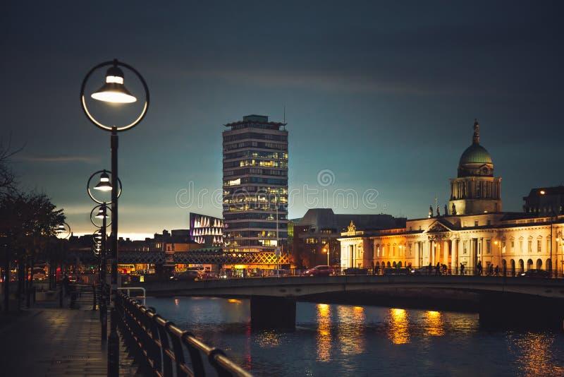 Το Προσαρμοσμένο Σπίτι και η αποβάθρα του ποταμού Liffey στο Δουβλίνο στοκ φωτογραφίες