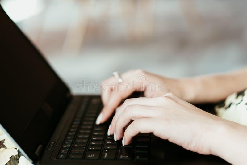 Το προϊόν αναθεωρεί τη σε απευθείας σύνδεση μακρινή δακτυλογράφηση χεριών εργασίας στοκ φωτογραφία με δικαίωμα ελεύθερης χρήσης