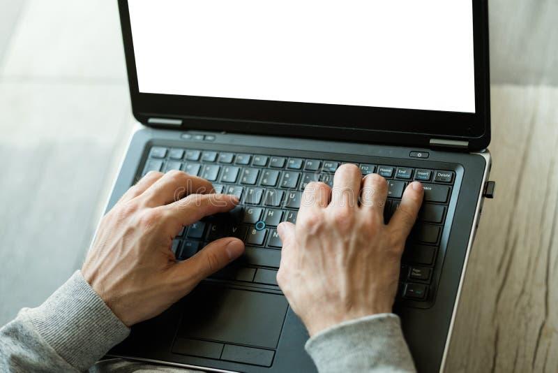 Το προϊόν αναθεωρεί τη σε απευθείας σύνδεση μακρινή δακτυλογράφηση χεριών εργασίας στοκ εικόνες με δικαίωμα ελεύθερης χρήσης