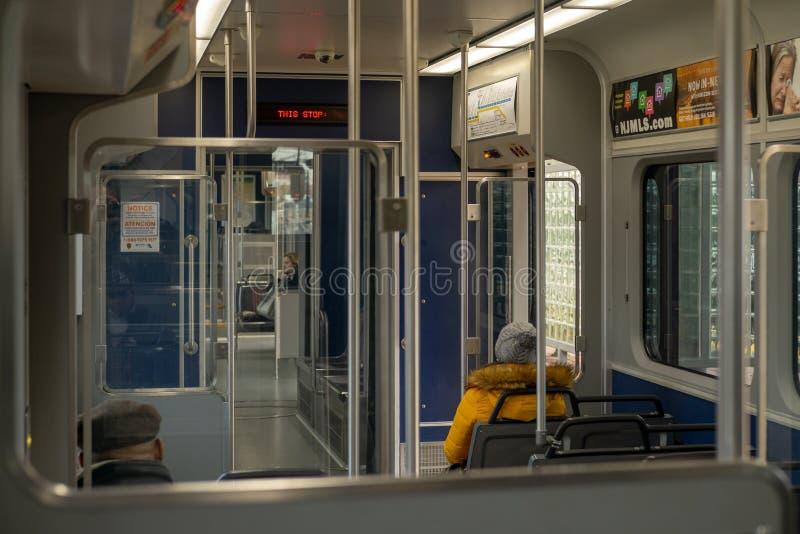 Το πρωί ανταλάσσει περίπου για να αρχίσει στο μετρό στοκ εικόνα