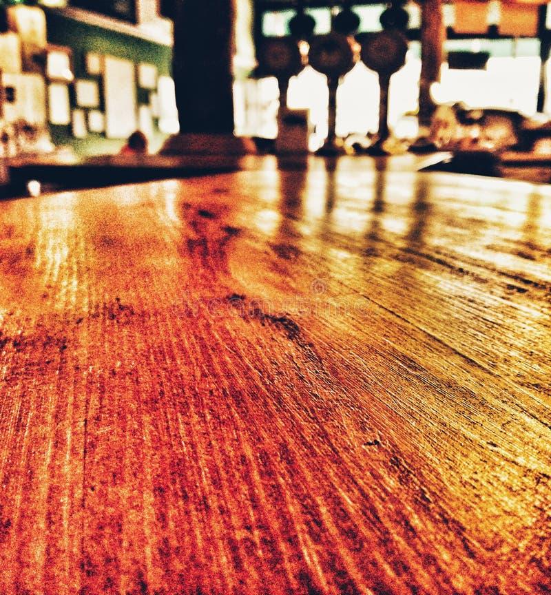 Το πρωί κάθεται σε ένα μπαρ στοκ εικόνες
