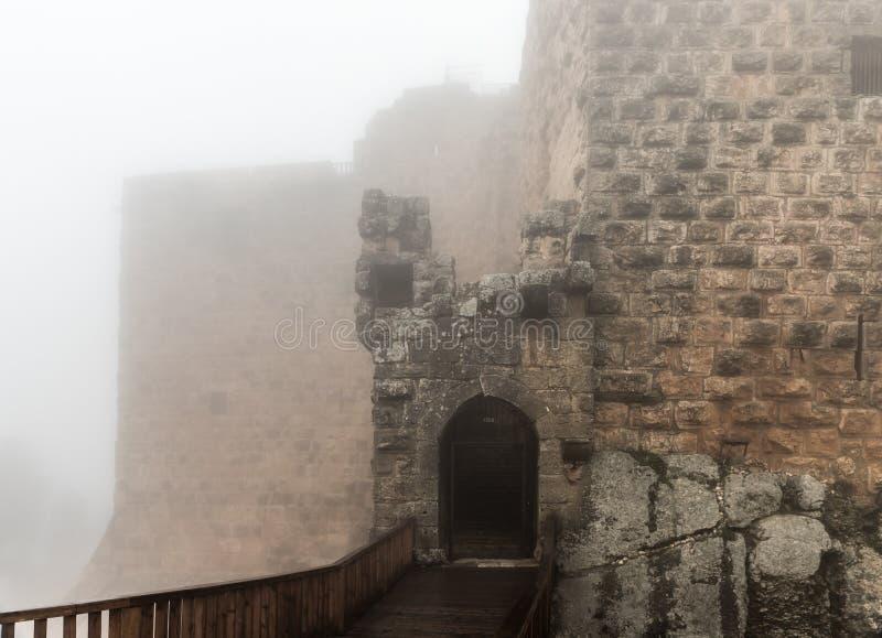 Το πρωί της Misty σε Ajloun Castle, επίσης γνωστό ως Qalat AR-Rabad, είναι ένα 12ο μουσουλμανικό κάστρο που τοποθετείται στη βορε στοκ εικόνα