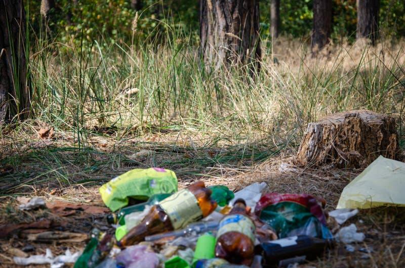 Το πρόβλημα της ανθρωπότητας και η πληθώρα πλαστικών σκουπιδιών στον πλανήτη στοκ εικόνες με δικαίωμα ελεύθερης χρήσης
