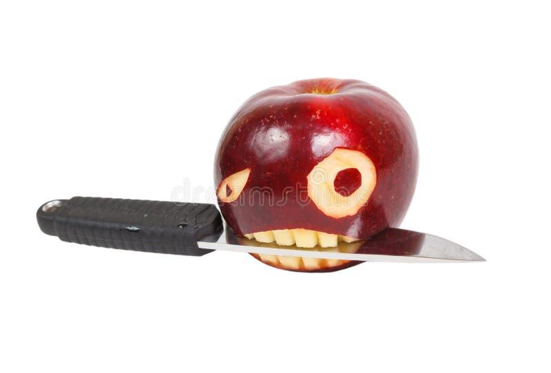 Το πρόσωπο είναι χαρασμένο σε ένα μήλο και ένα μαχαίρι στοκ φωτογραφίες με δικαίωμα ελεύθερης χρήσης