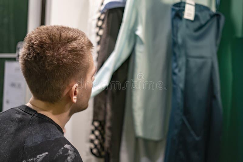 Το πρόσωπο επιλέγει η ντουλάπα ενδυμάτων ότι εξαρτήσεων στο σπίτι προετοιμάζεται για μια συνεδρίαση β στοκ φωτογραφία με δικαίωμα ελεύθερης χρήσης