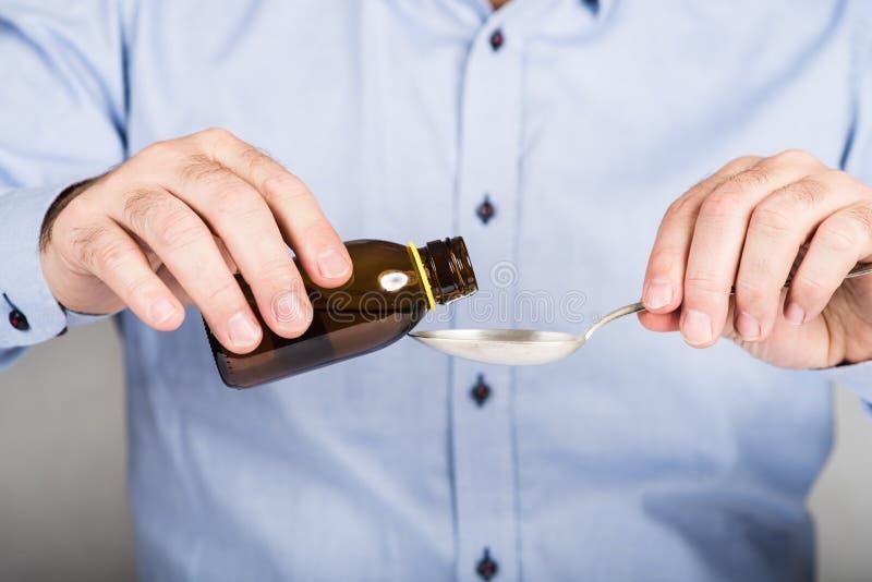 Το πρόσωπο που παίρνει το σιρόπι βήχα στοκ φωτογραφία με δικαίωμα ελεύθερης χρήσης