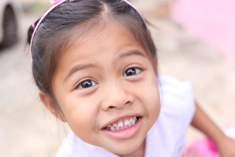 Το πρόσωπο του κοριτσιού Ασιάτης παιδιών είναι χαμόγελο ευτυχώς στοκ φωτογραφία