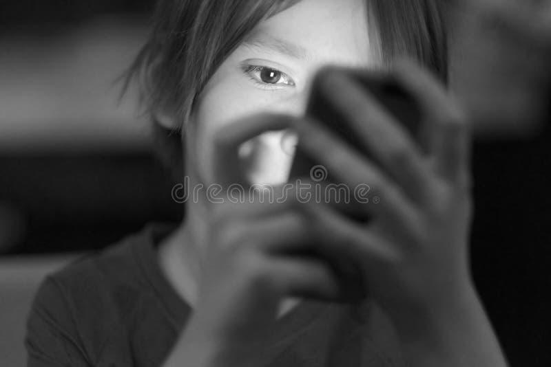 Το πρόσωπο του παιδιού, που τονίζεται τηλεφωνικώς στοκ εικόνες με δικαίωμα ελεύθερης χρήσης