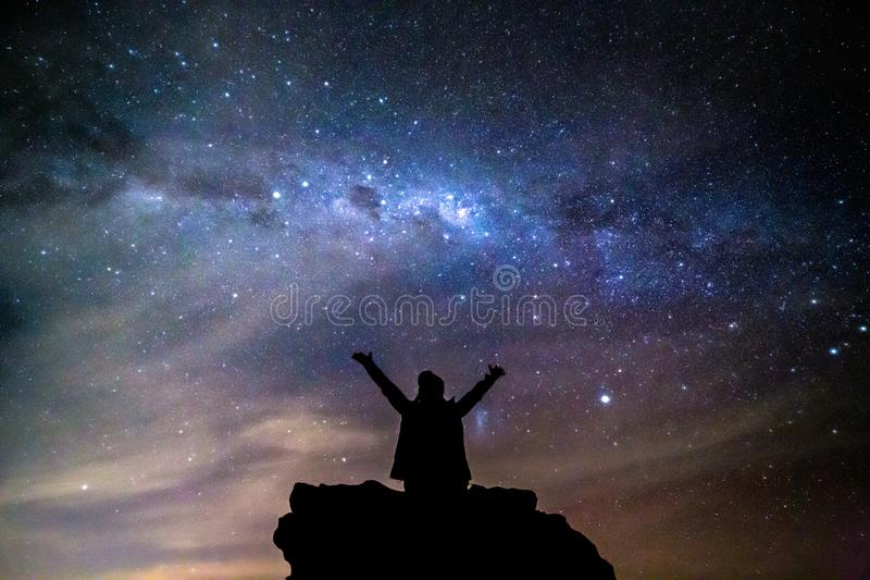 Το πρόσωπο χαιρετά το γαλακτώδη νυχτερινό ουρανό αστεριών τρόπων κόσμου στοκ φωτογραφίες με δικαίωμα ελεύθερης χρήσης