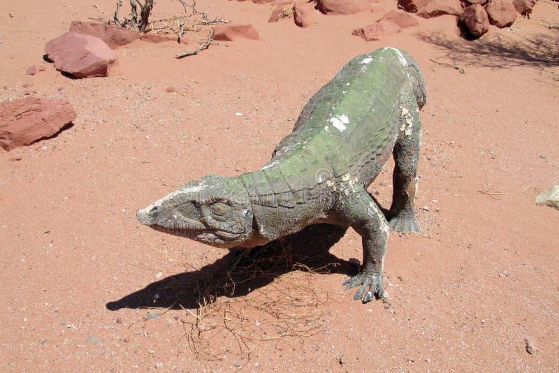 Το πρότυπο ενός δεινοσαύρου στην άμμο στοκ φωτογραφία με δικαίωμα ελεύθερης χρήσης