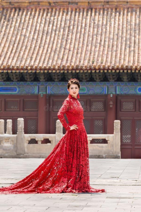 Το πρότυπο θέτει στην κλασική μόδα, Πεκίνο, Κίνα στοκ φωτογραφίες