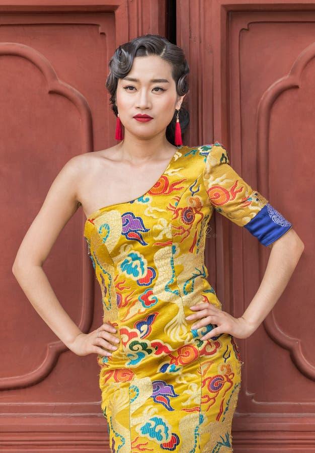 Το πρότυπο θέτει στην κλασική μόδα, Πεκίνο, Κίνα στοκ εικόνες