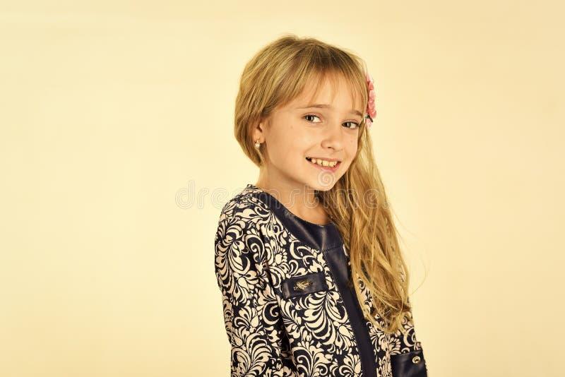 Το πρότυπο και η ομορφιά μόδας κοιτάζουν πρότυπο μόδας του ευτυχούς μικρού κοριτσιού που απομονώνεται στο λευκό στοκ εικόνα με δικαίωμα ελεύθερης χρήσης