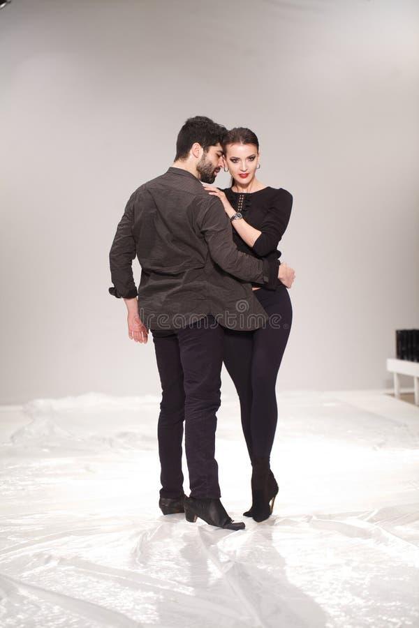 Το πρότυπο και ο χορευτής προετοιμάζουν για έναν στενό διάδρομο παρουσιάζουν για Rohmir στοκ εικόνα με δικαίωμα ελεύθερης χρήσης