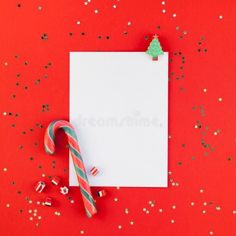 Το πρότυπο καρτών χαιρετισμού Χριστουγέννων με ακτινοβολεί στοκ εικόνες