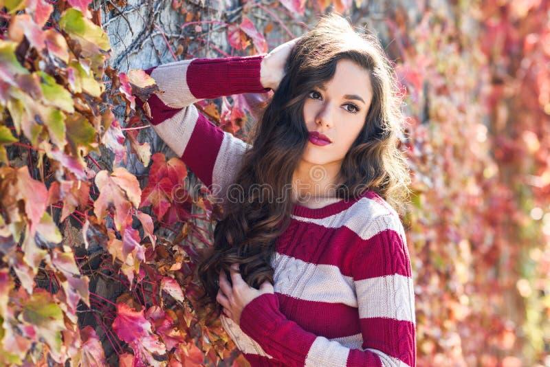 Το πρότυπο κορίτσι μόδας ομορφιάς με φθινοπωρινό αποτελεί στοκ εικόνα