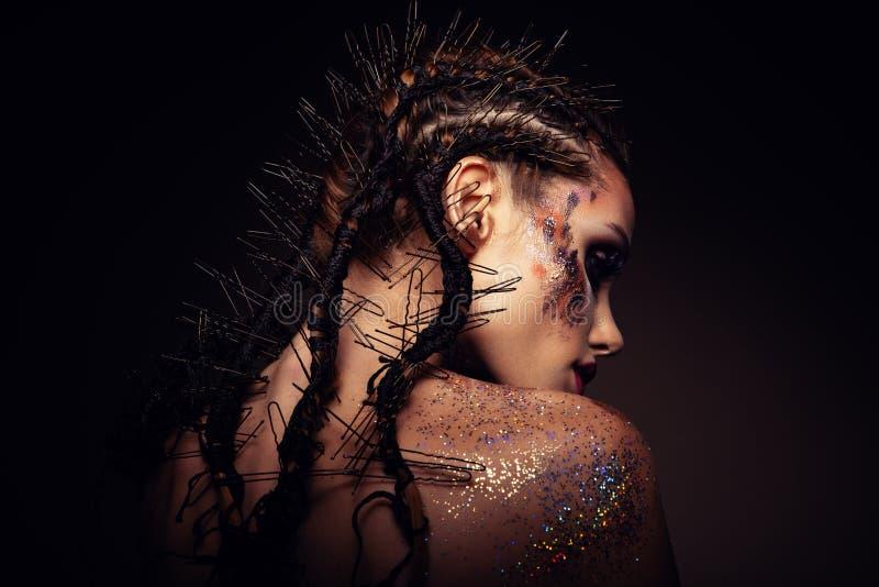 Το πρότυπο μόδας με το φωτεινό makeup και ζωηρόχρωμος ακτινοβολεί στοκ φωτογραφία με δικαίωμα ελεύθερης χρήσης