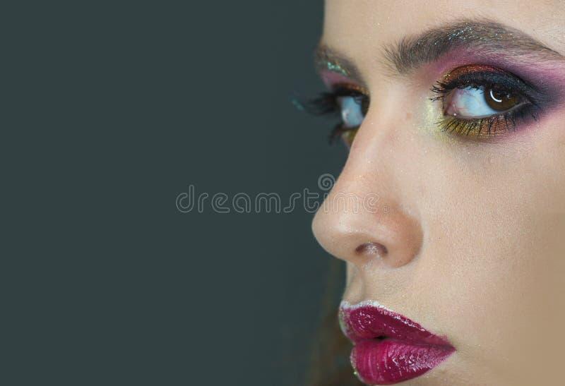 Το πρότυπο ομορφιάς με τη γοητεία κοιτάζει, makeup Γυναίκα με το μάτι makeup και τα πορφυρά χείλια, ομορφιά Γυναίκα με το νέο πρό στοκ εικόνες