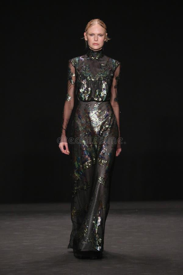 Το πρότυπο περπατά το διάδρομο στη επίδειξη μόδας της Vivienne Tam κατά τη διάρκεια της πτώσης του 2015 εβδομάδας μόδας της Merce στοκ εικόνες με δικαίωμα ελεύθερης χρήσης