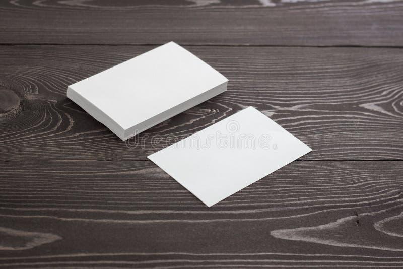 Το πρότυπο των επαγγελματικών καρτών, φωτογραφία των επαγγελματικών καρτών συσσωρεύει σε ένα σκοτεινό ξύλινο υπόβαθρο στοκ φωτογραφία με δικαίωμα ελεύθερης χρήσης