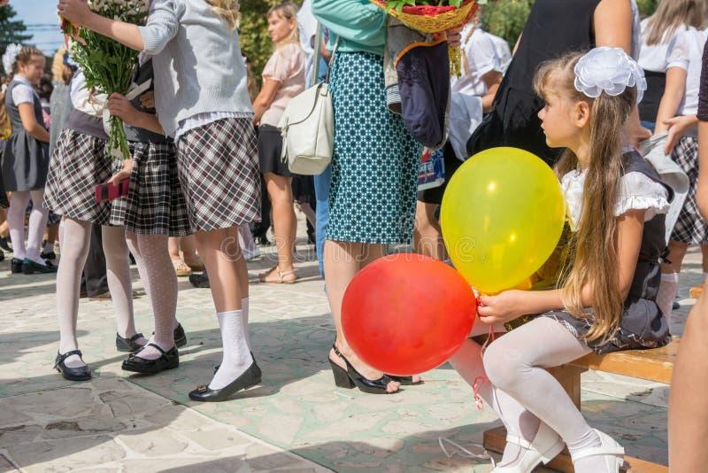 Το πρώτος-γκρέιντερ εξετάζει δυστυχώς μια συνεδρίαση των φίλων στη γιορτή του πρώτου του Σεπτεμβρίου στοκ φωτογραφία με δικαίωμα ελεύθερης χρήσης