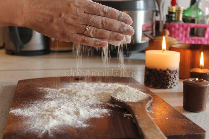 Το πρώτο βήμα στο κέικ στοκ εικόνες