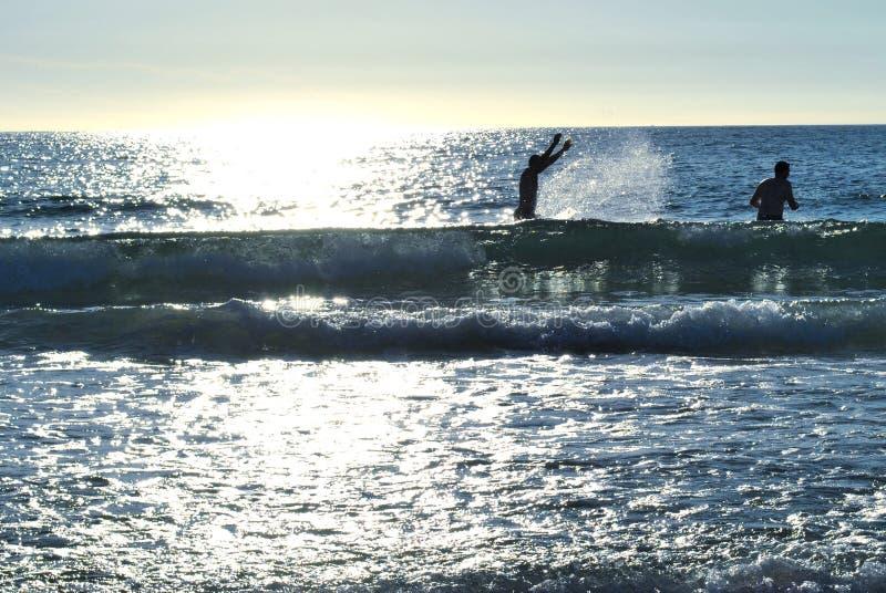 Το πρώτο λουτρό θάλασσας του έτους στοκ φωτογραφία