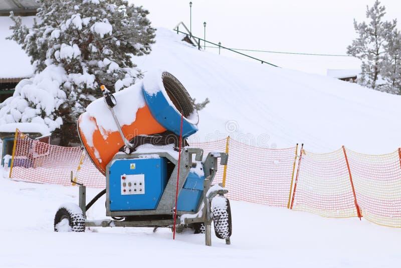 Το πυροβόλο χιονιού για την παραγωγή του τεχνητού χιονιού στέκεται στις κλίσεις σκι το χειμώνα Προετοιμασία της κάλυψης χιονιού γ στοκ φωτογραφίες με δικαίωμα ελεύθερης χρήσης